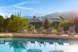 Hotel-Labrador-piscine-exterieure-ete-location-appartement-chalet-Les-Gets