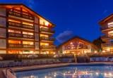 Hotel-Labrador-piscine-exterieure-nuit-location-appartement-chalet-Les-Gets