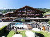 Hotel-Nagano-exterieur-piscine-ete-location-appartement-chalet-Les-Gets
