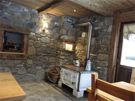 Chambre d'hôte Chez La Fine - Les Gets - salle à manger avec ancien fourneau à bois