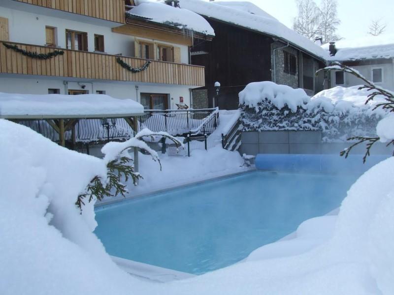 Hotel-Alpen-Sports-piscine-exterieure-hiver-location-appartement-chalet-Les-Gets