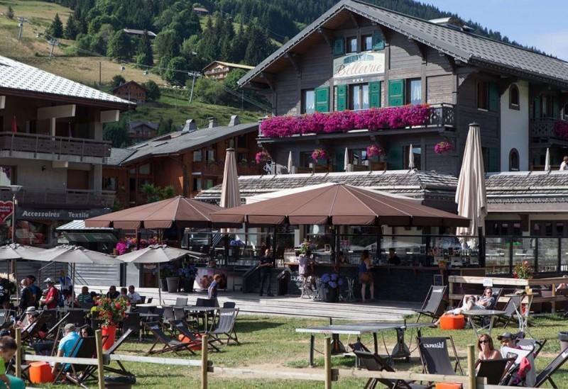 Hotel-Bellevue-exterieur-ete-terrasse-location-appartement-chalet-Les-Gets