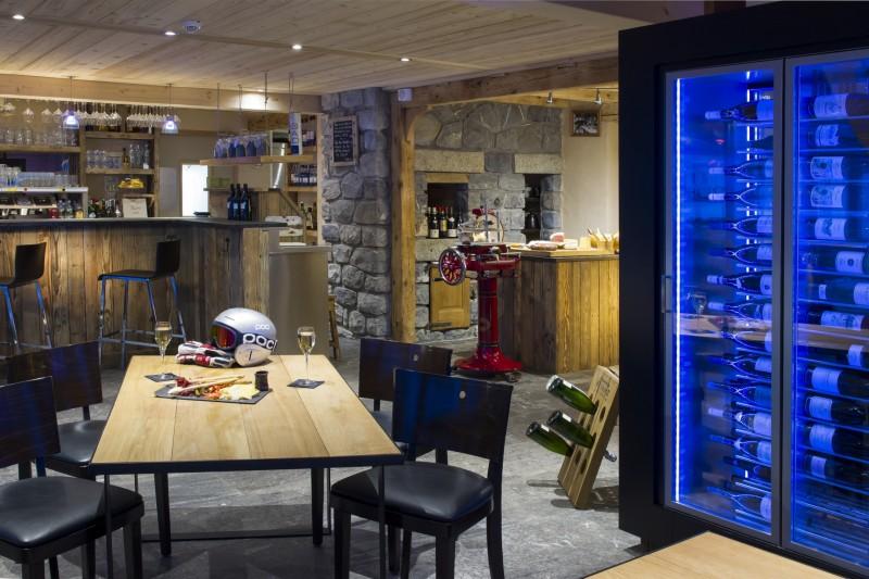 Hotel-Crychar-bar-a-vin-Bacchus-location-appartement-chalet-Les-Gets