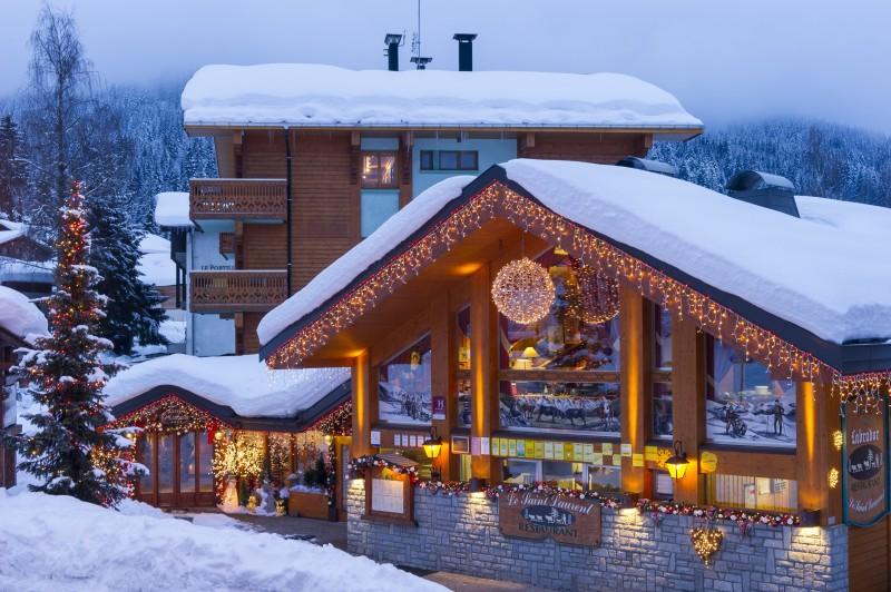 Hotel-Labrador-exterieur-hiver-location-appartement-chalet-Les-Gets