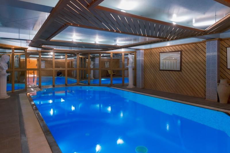 Hotel-Labrador-piscine-interieure-location-appartement-chalet-Les-Gets