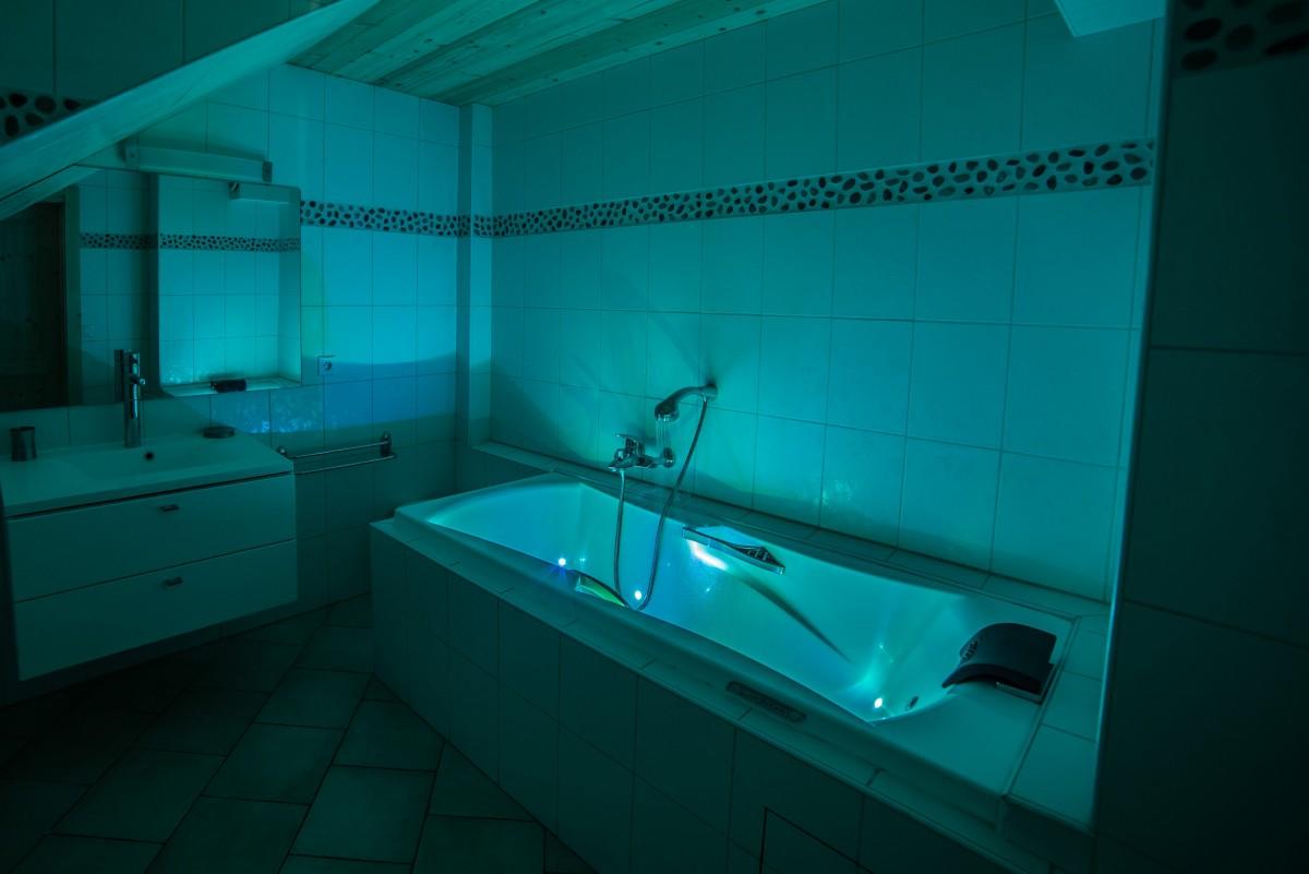 Azalees-7-salle-de-bain-baignoire-location-appartement-chalet-Les-Gets