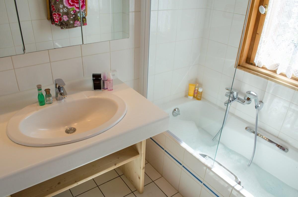 Blanchot-salle-de-bain2-location-appartement-chalet-Les-Gets