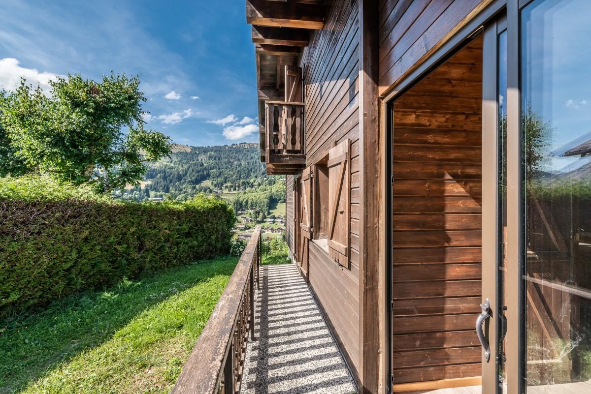 Chalet-La-Taniere-exterieur-ete-location-appartement-chalet-Les-Gets