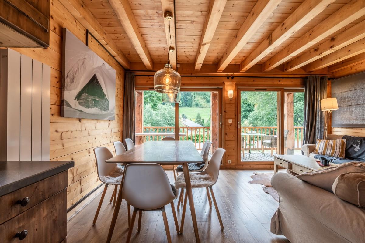 Chalet-Rose-sejour-table-salle-a-manger-location-appartement-chalet-Les-Gets