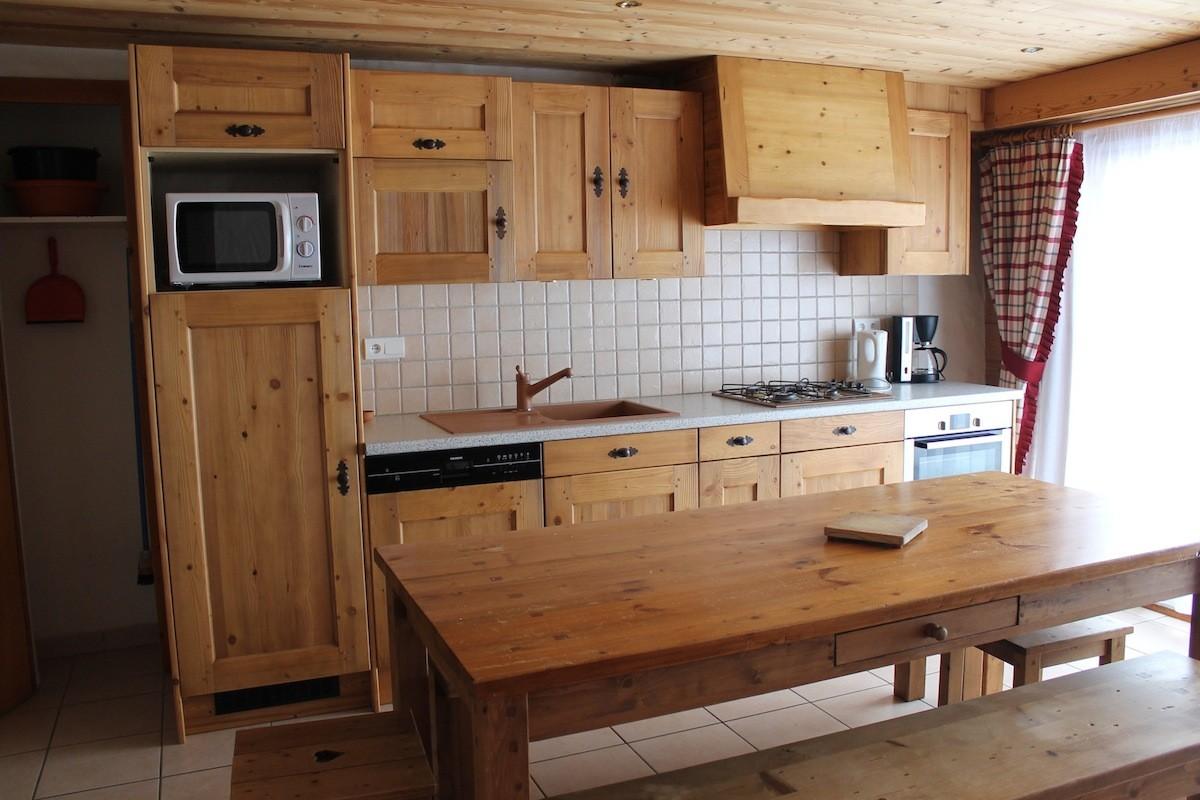 Fleur-des-Alpes-2-Ancolie-cuisine-location-appartement-chalet-Les-Gets