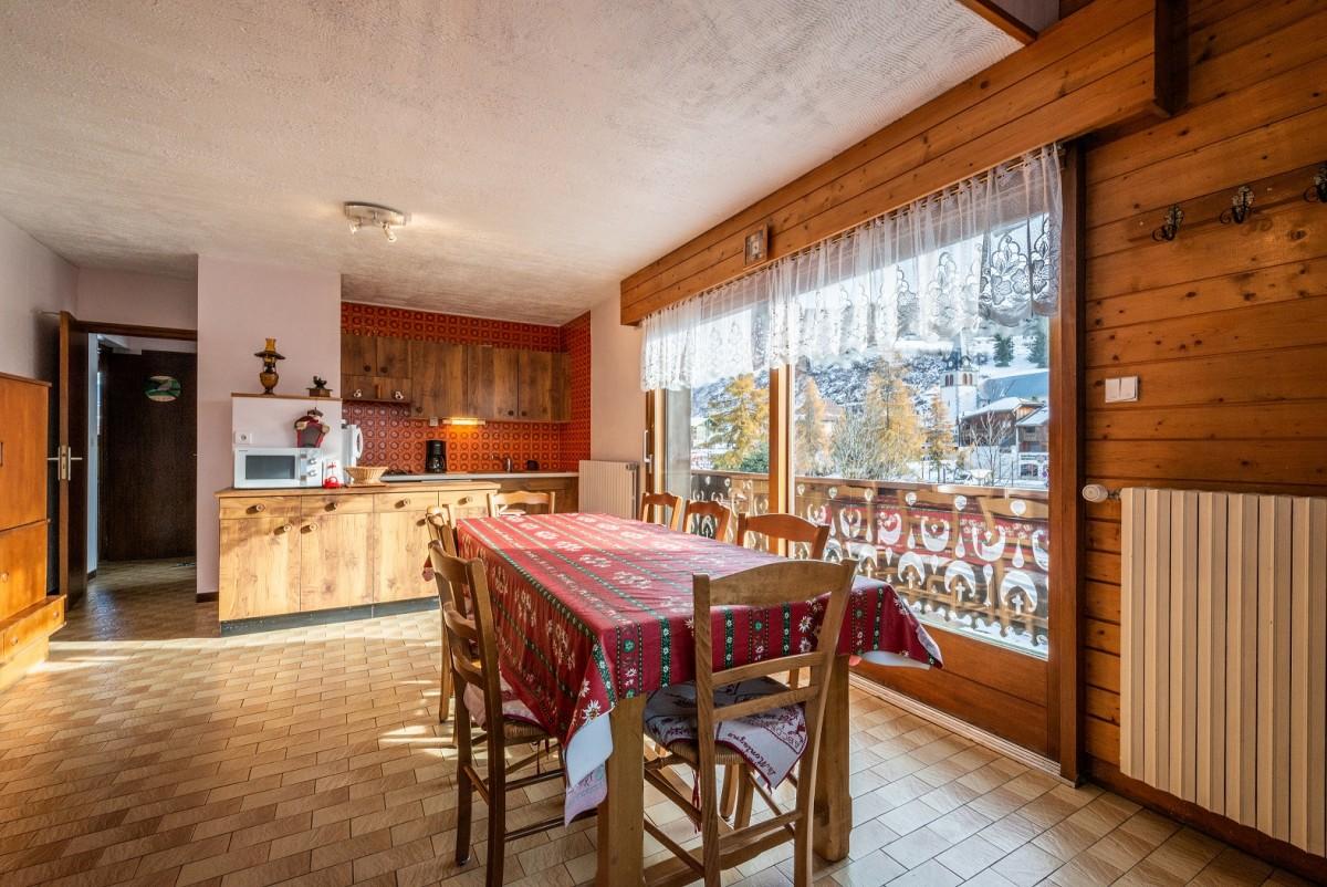 Pressenage-Geai-sejour-coin-repas-location-appartement-chalet-Les-Gets