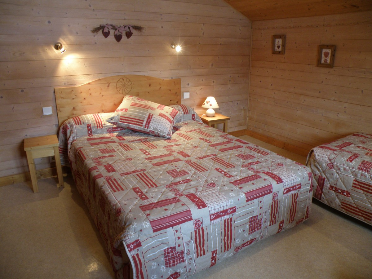 Sapiniere-8-chambre-lit-double-location-appartement-chalet-Les-Gets