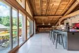 Arolle-Ourson-cuisine-vue-exterieure-location-appartement-chalet-Les-Gets