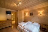 Azalees-7-chambre1-lits-simples-TV-location-appartement-chalet-Les-Gets