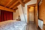 Chalet-La-Taniere-chambre-lit-double-sous-toit-location-appartement-chalet-Les-Gets