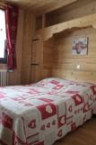 Fleur-des-Alpes-6-Gentiane-chambre-lit-double-location-appartement-chalet-Les-Gets