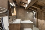 Kinabalu-33-baignoire-salle-de-bain-location-appartement-chalet-Les-Gets