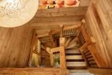 Maison-d-hiver-escalier-location-appartement-chalet-Les-Gets