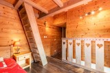Marcelly-16-chambre-escalier-location-appartement-chalet-Les-Gets