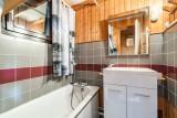 Moudon-Chalet17-salle-de-bain-baignoire-location-appartement-chalet-Les-Gets