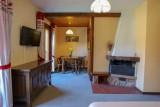 Tournier-1-sejour-cheminee-location-appartement-chalet-Les-Gets