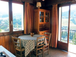 Corzolet-2-Campanule-coin-repas-location-appartement-chalet-Les-Gets