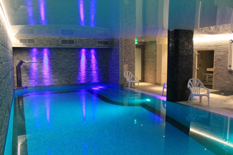 Adelphine-5-piscine-interieur-location-appartement-chalet-Les-Gets