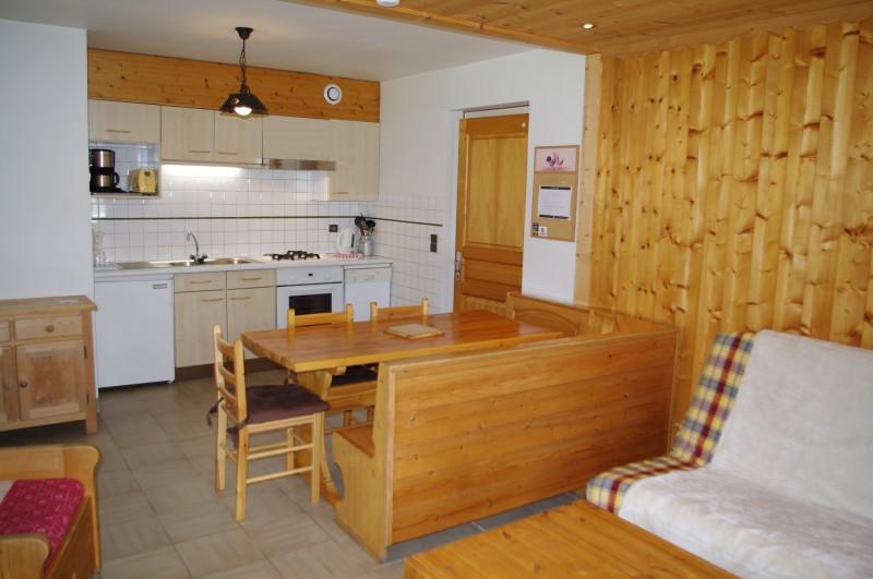 Arolle-1-sejour-cuisine-location-appartement-chalet-Les-Gets