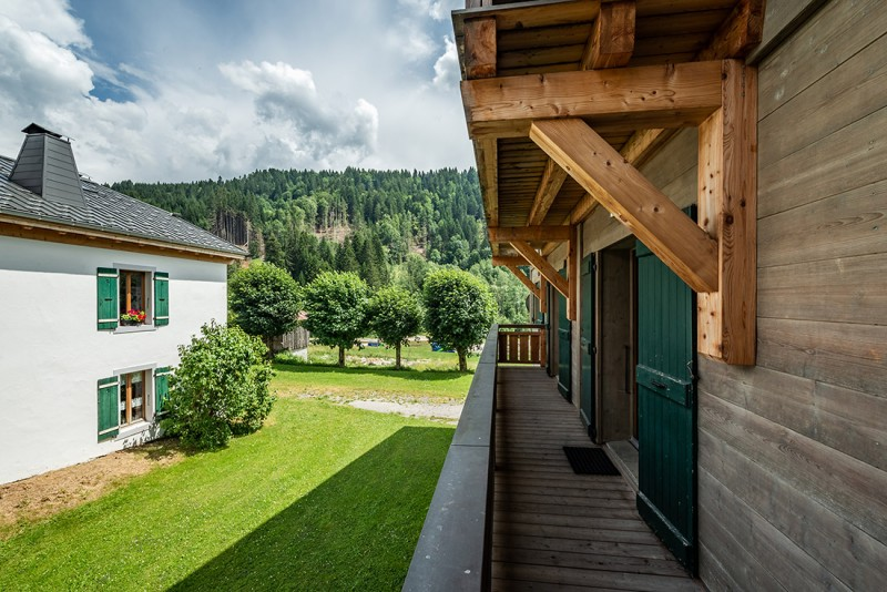 Arolle-Bouquetin-balcon-exterieur-location-appartement-chalet-Les-Gets