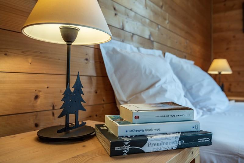 Arolle-Bouquetin-chambre-livres-location-appartement-chalet-Les-Gets