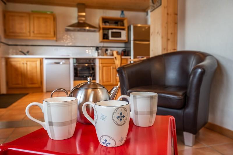 Arolle-Bouquetin-cuisine-salon-location-appartement-chalet-Les-Gets