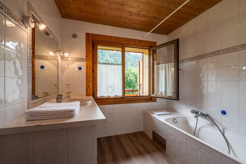 Arolle-Bouquetin-salle-de-bain-location-appartement-chalet-Les-Gets