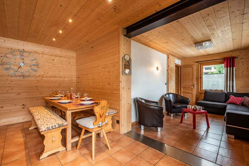 Arolle-Bouquetin-table-repas-location-appartement-chalet-Les-Gets
