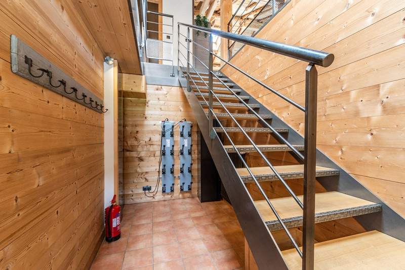Arolle-Ourson-entree-escalier-location-appartement-chalet-Les-Gets