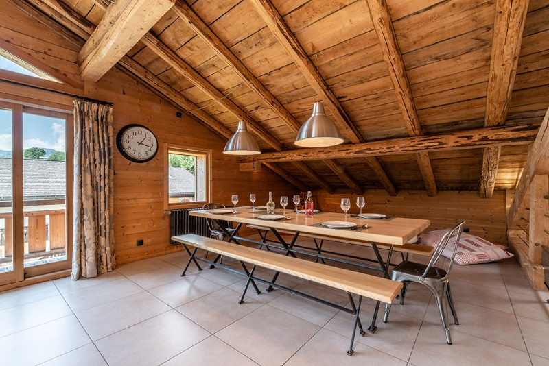 Arolle-Ourson-table-repas-location-appartement-chalet-Les-Gets