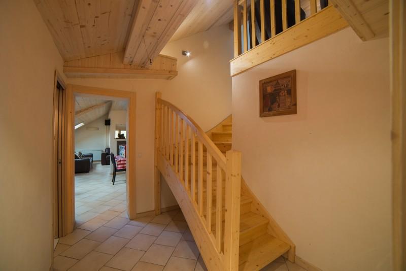 Azalees-7-couloir-escalier-location-appartement-chalet-Les-Gets