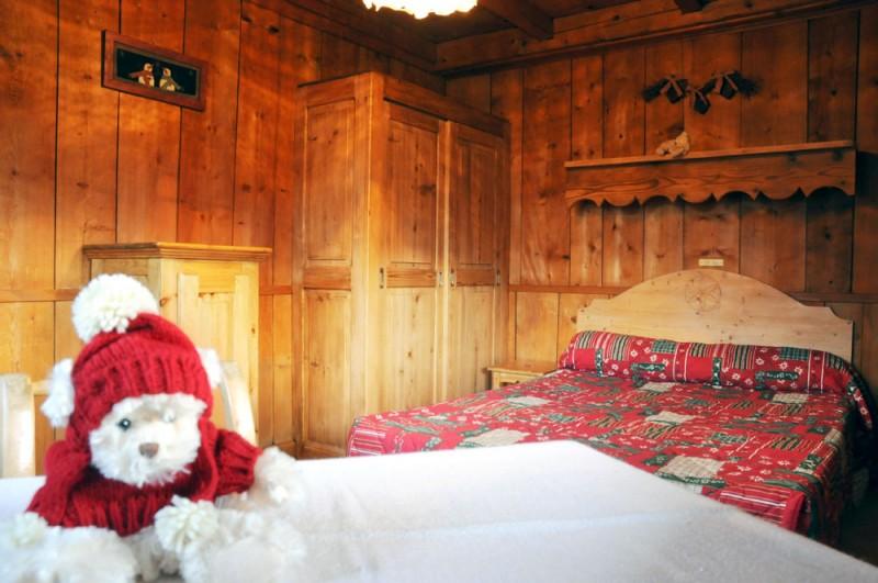 Benevy-chambre-lit-double-location-appartement-chalet-Les-Gets