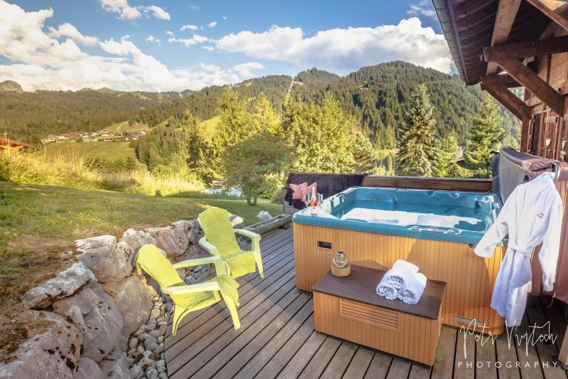 Camomille-exterieur-ete-jacuzzi-terrasse-location-appartement-chalet-Les-Gets