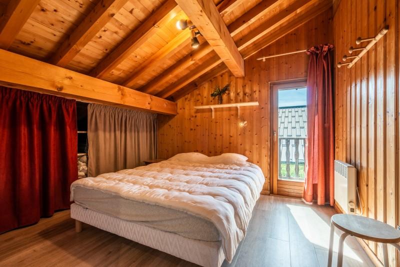 Chalet-La-Taniere-chambre-double-sous-toit-location-appartement-chalet-Les-Gets