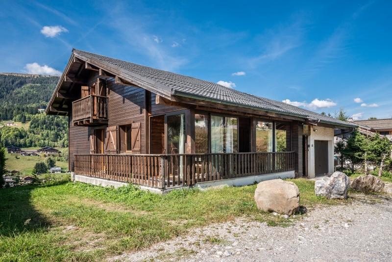 Chalet-La-Taniere-vue-chalet-exterieur-ete-location-appartement-chalet-Les-Gets