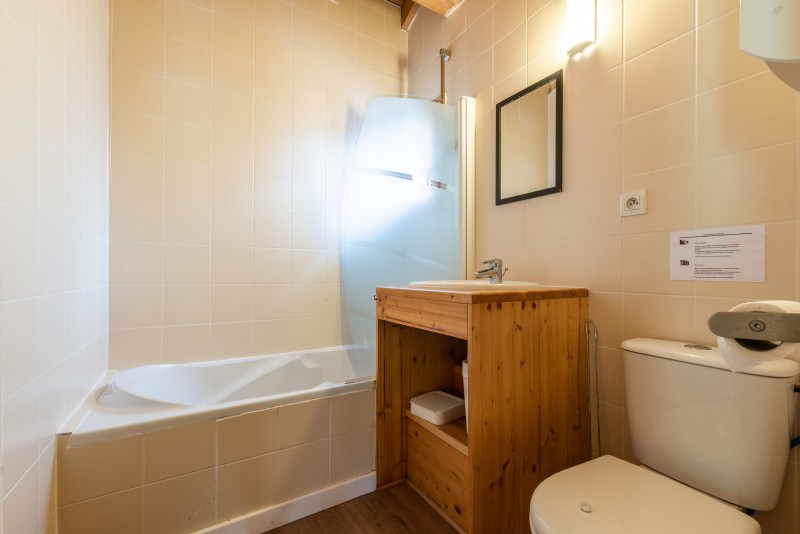 Chalet-Rose-salle de bain-baignoire-location-appartement-chalet-Les-Gets