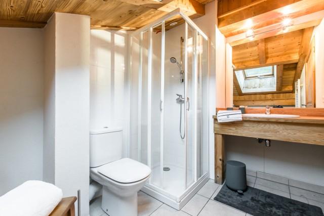 Chaumiere-5-5pieces-8personnes-salle-de-bain3-location-appartement-chalet-Les-Gets