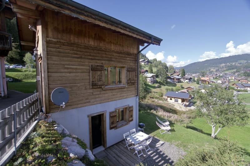 Chez-Rose-exterieur-ete-terrasse-location-appartement-chalet-Les-Gets