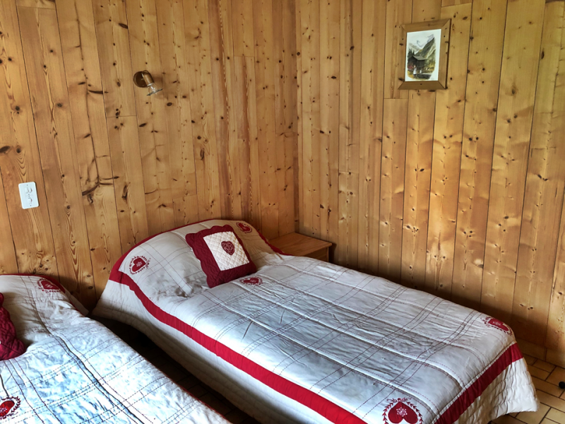 Clos-1-chambre-lits-simples1-location-appartement-chalet-Les-Gets