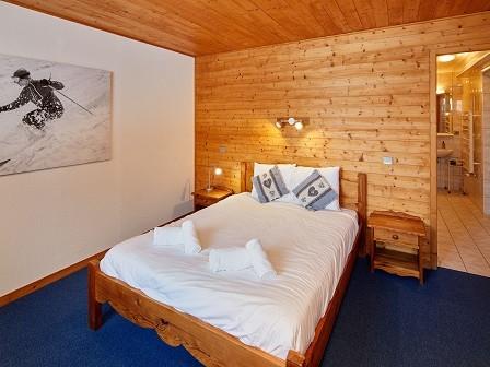 Cognee-chambre-lit-double-ensuite1-location-appartement-chalet-Les-Gets