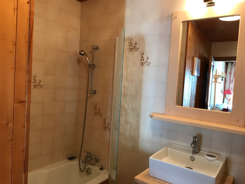 Cristaux-2-salle-de-bain-location-appartement-chalet-Les-Gets