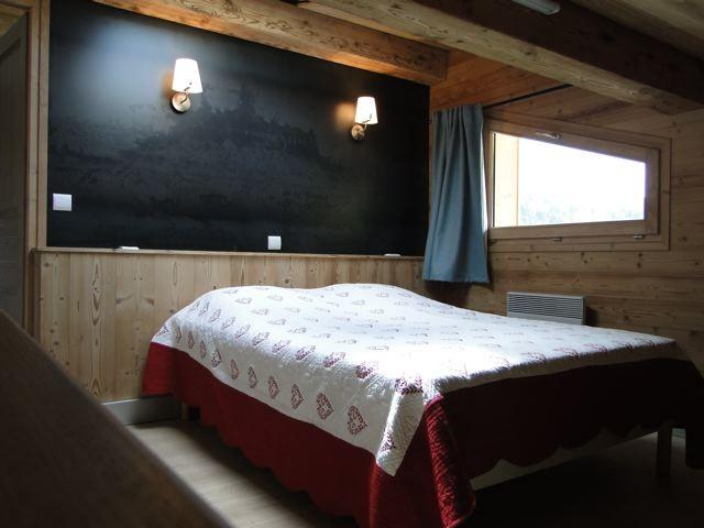 Fleur-des-Alpes-3-Rhododendron-chambre-lit-double-location-appartement-chalet-Les-Gets