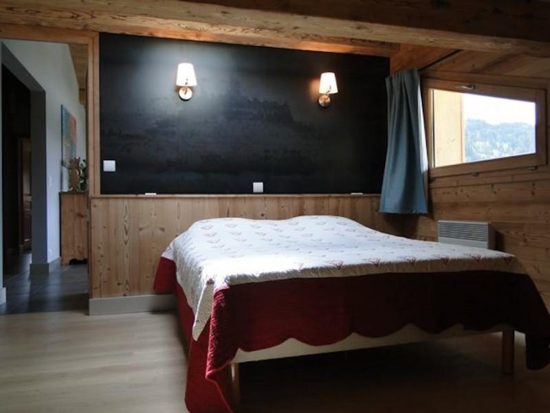 Fleur-des-Alpes-3-Rhododendron-chambre-lit-double1-location-appartement-chalet-Les-Gets