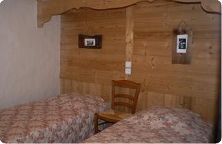 Fleur-des-Alpes-5-Lys-Martagon-chambre-lits-simple-location-appartement-chalet-Les-Gets