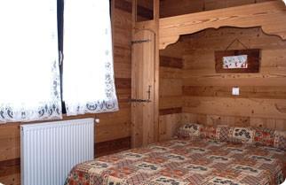 Fleur-des-Alpes-6-Gentiane-chambre-lit-double1-location-appartement-chalet-Les-Gets